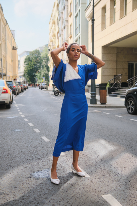 Midi dress with oversized sleeves and contrast collar
