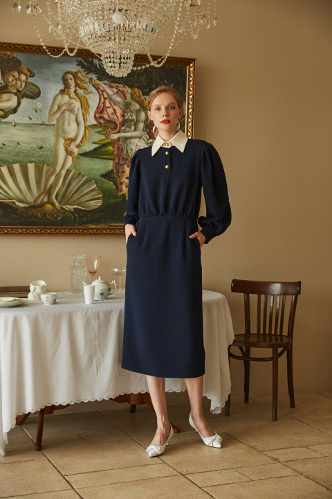 Midi dress in deep blue with a milky collar and gold buttons