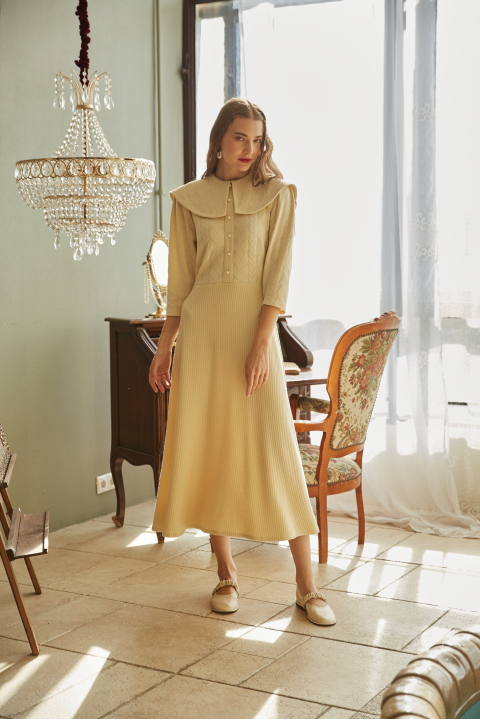 Midi dress with a collar made of milk-colored knitwear